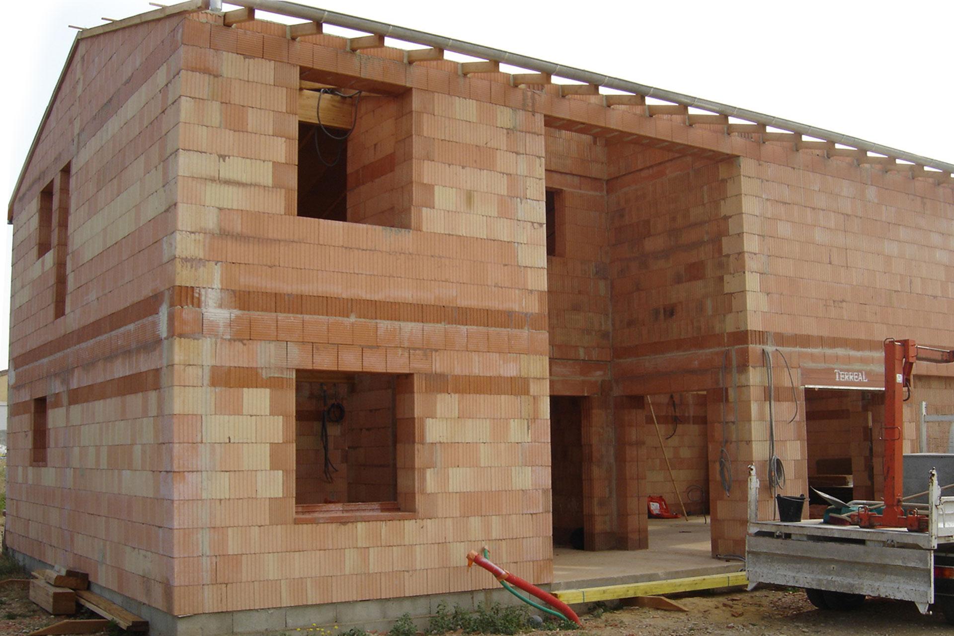 Construction d'une maison à Allex avec gros œuvre, maçonnerie de type brique mono mur et dallage béton.